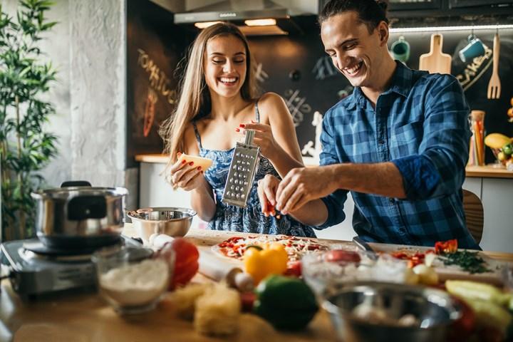 Una buena cuta en casa con tu pareja es cocinar juntos