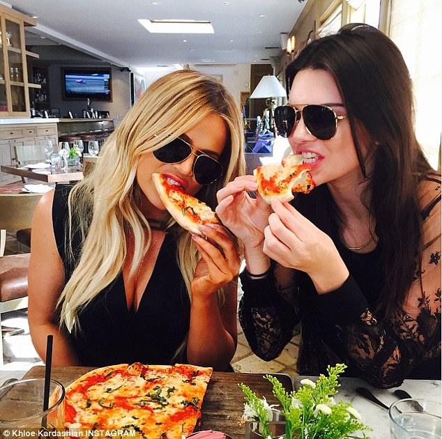 Khloé Kardashian y Kendall Jenner disfrutando su rebanada favorita.