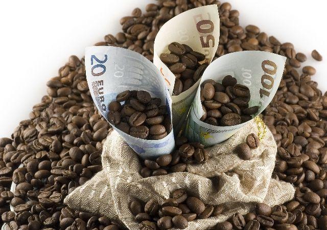 café enrollado en dinero