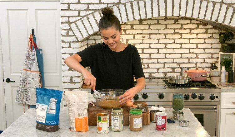 Selena Gómez cocinando