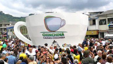 Taza de café Guinness Colombia con asistentes